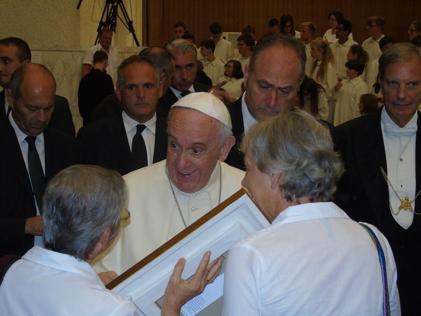 La imagen tiene un atributo ALT vacío; su nombre de archivo es papa_hanas2-Audiencia-General-con-el-Papa-Francisco-1.jpg